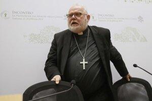 Na archívnej snímke z 23. februára 2019 kardinál Reinhard Marx odchádza po tlačovej konferencii v predposledný deň štvordňového biskupského summitu vo Vatikáne.