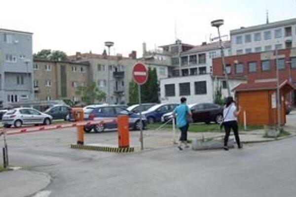 K svojim bytovkám sa obyvatelia Radlinského ulice zadarmo autom nedostanú. Na bývalom mestskom parkovisku dal hotel osadiť rampu.