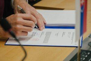 Podpisovanie úverovej zmluvy prebiehalo prostredníctvom telemostu.