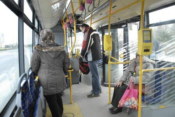 Bočné sedadlá (na snímke vľavo dole) z autobusov odmontovali. Neosvedčili sa.