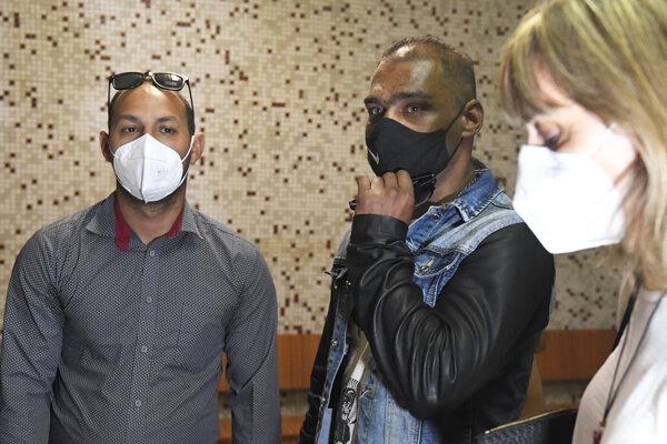 Zľava Július Hudák a Roland Dančo čakajú na verdikt súdu.
