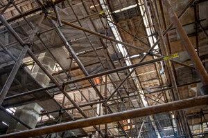Pohľad do interiéru starobylého kostola, aký sa tak ľahko nezopakuje. Kompletne ho vypĺňa vysoké lešenie.