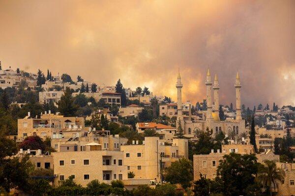 Rozsiahly požiar, ktorý vypukol  na okraji Jeruzalema, si vyžiadal evakuáciu dvoch okolitých dedín.