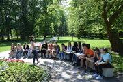 Hodina slovenčiny, ôsmaci Spojenej školy v Turčianskych Tepliciach cibrili v parku gramatiku.