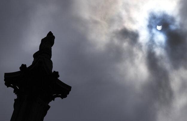 Čiastočné zatmenie Slnka v Londýne.