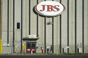 Zamestnankyňa kráča pred závodom spoločnosti JBS v americkom meste Greeley.