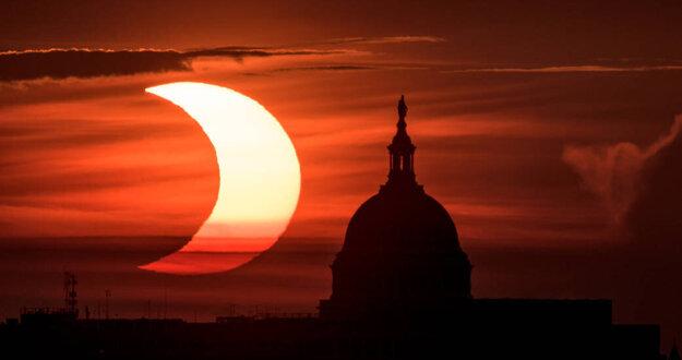 Čiastočné zatmenie slnka nad sídlom amerického kongresu.