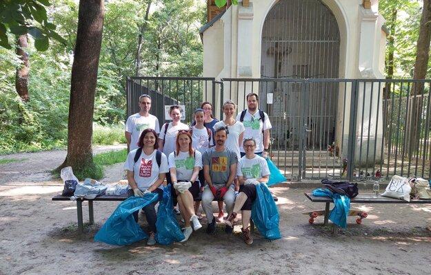 Dobrovoľníci práve odštartovali Čistenie lesíka Starohájska v bratislavskej Petržalke.