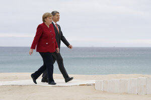 Angela Merkel a jej manžel Joachim Sauer pri príchode na samit