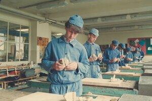 Mladí drevomodelári sa učia svojmu remeslu.