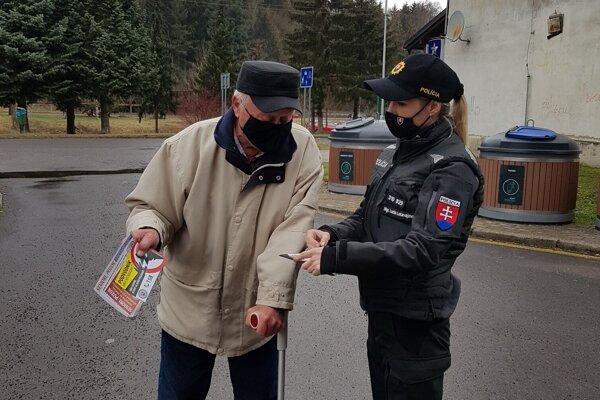Policajti pravidelne seniorov informujú. Nedávno tak urobili aj v Handlovej.