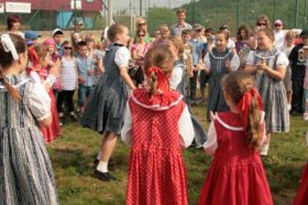 Deti sa hrali rôzne tradičné hry.