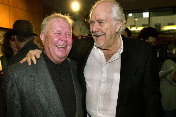 Na snímke z roku 2000 herec Ned Beatty (vľavo) s režisérom a producentom Robertom Altmanom.