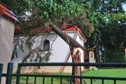 Vietor zhodil strom priamo na kaplnku.