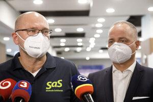 Minister hospodárstva Richard Sulík a predseda Bratislavského kraja Juraj Droba po očkovaní.