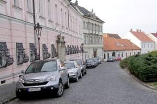 Parkovanie na hradnom kopci zostane povolené len na Pribinovom námestí.
