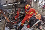 Záchranári prehľadávajú trosky po výbuchu plynu v areáli obytného bloku v meste Š'-jen v čínskej provincii Chu-pej.