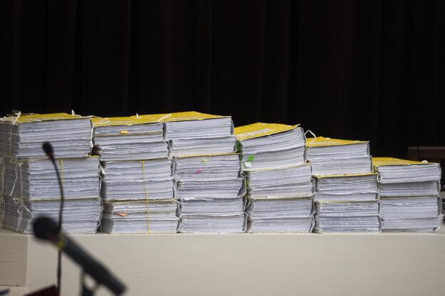 Spisy počas verejného zasadnutia na Najvyššom súde SR v kauze vraždy Jána Kuciaka a jeho snúbenice Martiny Kušnírovej.