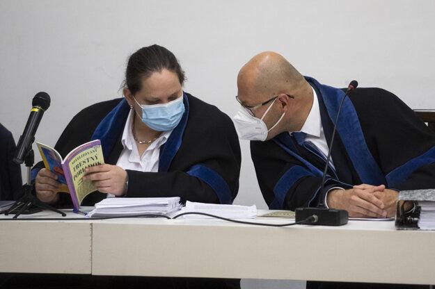 Obhajkyňa Aleny Zsuzsovej. Júlia Vestenická a Kamil Beresecký, advokát Tomáša Szabóa počas verejného zasadnutia na Najvyššom súde.