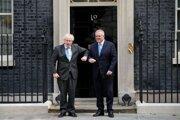 Britský premiér Boris Johnson (vľavo) a austrálsky premiér Scott Morrison.