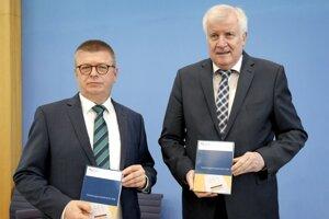 Minister vnútra Horst Seehofer (vprav) a Thomas Haldenwang, riaditeľ Spolkového úradu na ochranu ústavy