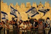 Na snímke účastníci mávajú izraelskými vlajkami počas ultranacionalistického vlajkového pochodu 15. júna 2021 v Jeruzaleme.