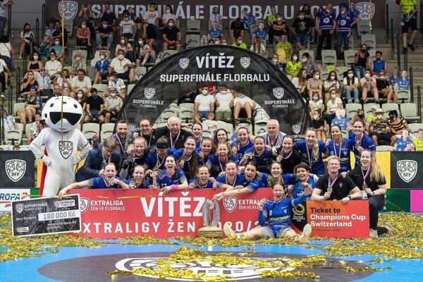 Vítkovice získali trofej tretí raz za sebou. Denisa Ferenčíková (spodný rad celkom vľavo).