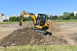 Bager pripravuje základy pre skoky v novom dirt parku.