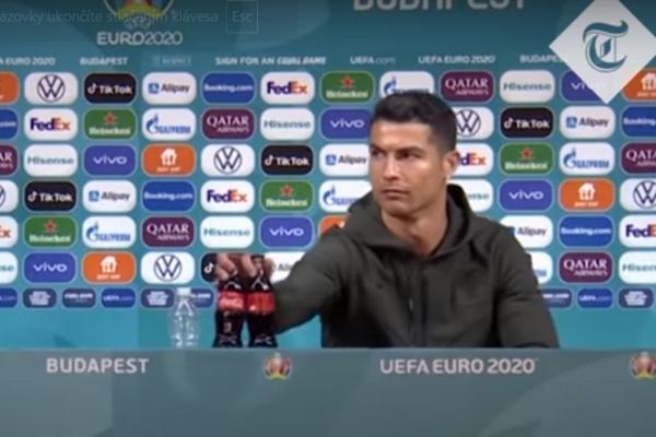 Ronaldo odkladá fľaše s colou.