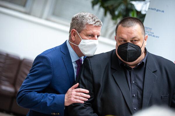 Minister zdravotníctva Vladimír Lengvarský (vľavo) a hlavný hygienik Ján Mikas.