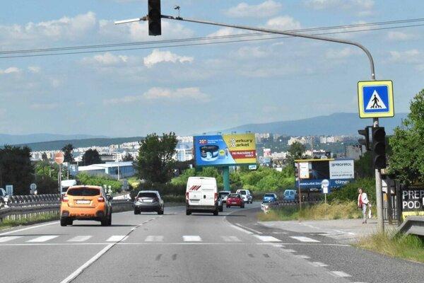 Po výpadku semafora sa obyvatelia Pereša len veľmi ťažko dostávali na zastávky MHD. Polícia sa chystá dozrieť na nedisciplinovaných vodičov.