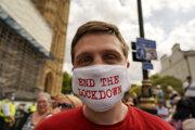 Vo Veľkej Británii sa stal delta variant dominantnou formou koronavírusu a spôsobil aj odloženie plánovaného uvoľňovania opatrení. Do londýnskych ulíc vyšli ľudia protestovať proti tomuto kroku.