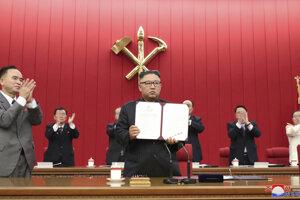 Kim Čong-un počas plenárneho zasadnutia ústredného výboru Kórejskej robotníckej strany.