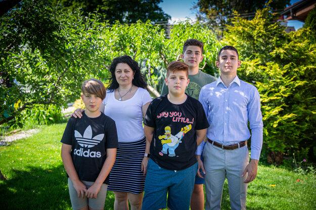 Eva Kubičková so synmi Marekom, Tomášom, Matejom a Adamom. Sama sa o nich stará desať rokov.