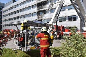 Pri štvrtkovom požiari sa našťastie nikto nezranil, materiálne škody by mali podľa prvotných odhadov dosiahnuť okolo 500-tisíc eur.