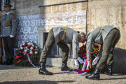 Spomienka na obete okupácie pri pamätnej tabuli obetí streľby okupačných vojsk na Šafárikovom námestí v Bratislave.
