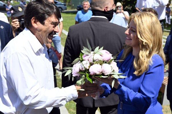 Prezident Maďarska János Áder podáva kvety slovenskej prezidentke Zuzane Čaputovej počas slávnostného otvorenia zrekonštruovaného kaštieľa v obci Borša v okrese Trebišov.