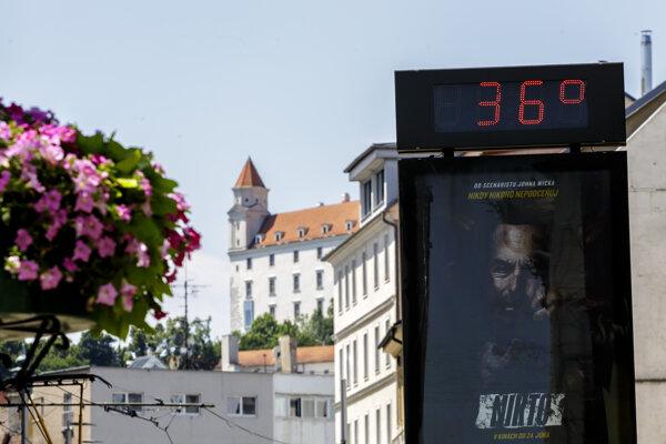 Pri horúčavách posledných dní môže byť život ohrozujúcich už pár minút v aute.