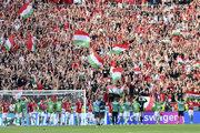 Záverečná ďakovačka maďarských hráčov s fanúšikmi po remíze s Francúzskom.
