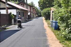 Nová asfaltová cesta vedie celou bývalou baníckou kolóniou.