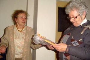Miroslava Zaujcová (vľavo) odovzdala Márii Dankovej obrázok dražovského kostolíka.