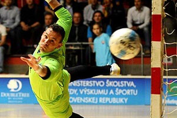 Brankár Dalibor Repa pri zákroku počas zápasu so Španielskom.