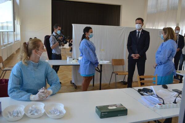 Premiér Heger počas očkovania v Širokom.