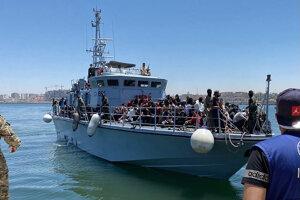 Pobrežná stráž priváža migrantov do líbyjského Tripolisu.