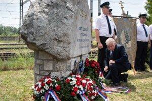 Generálny riaditeľ ŽSR Miloslav Havrila pri pamätníku železničiarov.