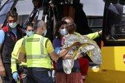 Nicola Tanturli v rukách svojej matky čaká na prevoz do nemocnice vo Florencii.