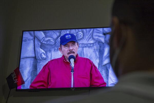 Muž sleduje prejav prezidenta Daniela Ortegu.