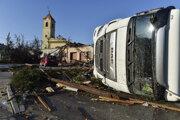 Prevrátený kamión po búrke v Moravske Novej Vsi.