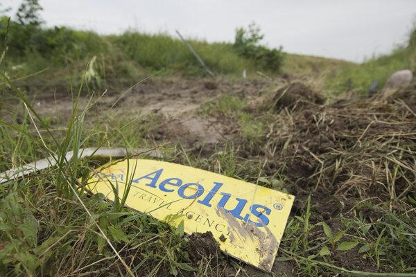 Na snímke tabuľka s nápisom Aeolus na mieste tragickej havárie slovenského  autobusu cestovnej kancelárie Aeolus pri srbskom meste Niš v roku 2016.