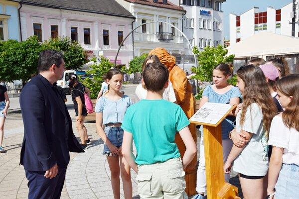 Námestie v Brezne zdobí pätica drevených sôch remeselníkov.